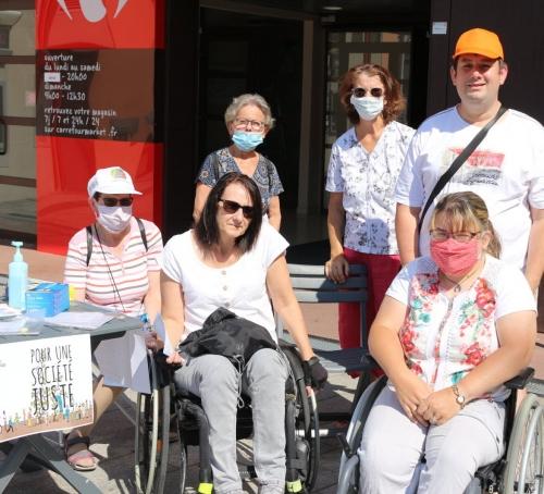 six-benevoles-d-apf-handicap-france-font-partie-de-la-caravane Le Creusot.jpg